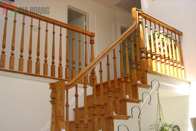 Mẫu cầu thang gỗ tự nhiên thiết kế