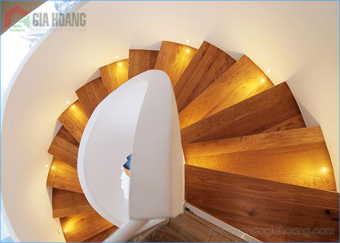 Bậc cầu thang gỗ Sồi xoắn ốc - Gia Hoàng gia công lắp đặt