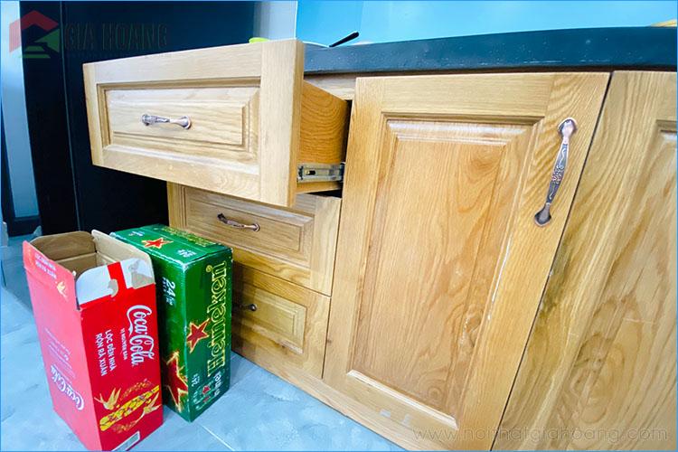 Bề mặt cánh tủ Sồi vàng sáng bừng không gian bếp
