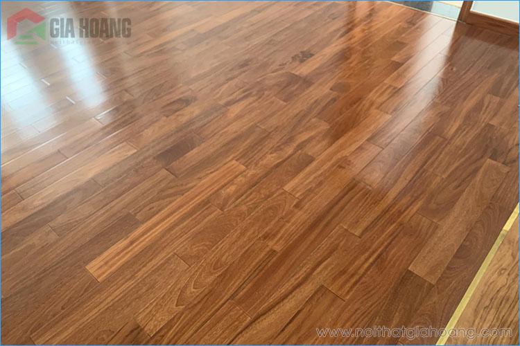 Bề mặt sàn gỗ Gõ Đỏ ốp lót trọn bộ