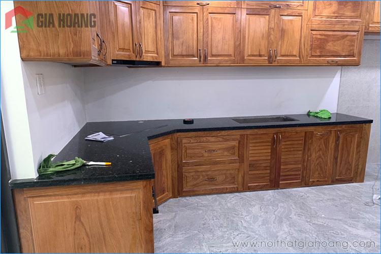 Tủ bếp gỗ Gõ Đỏ dáng chữ L