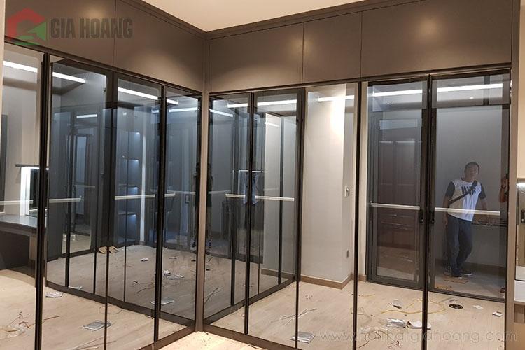 Không gian tủ của kính khung nhôm hiện đại, rộng rãi