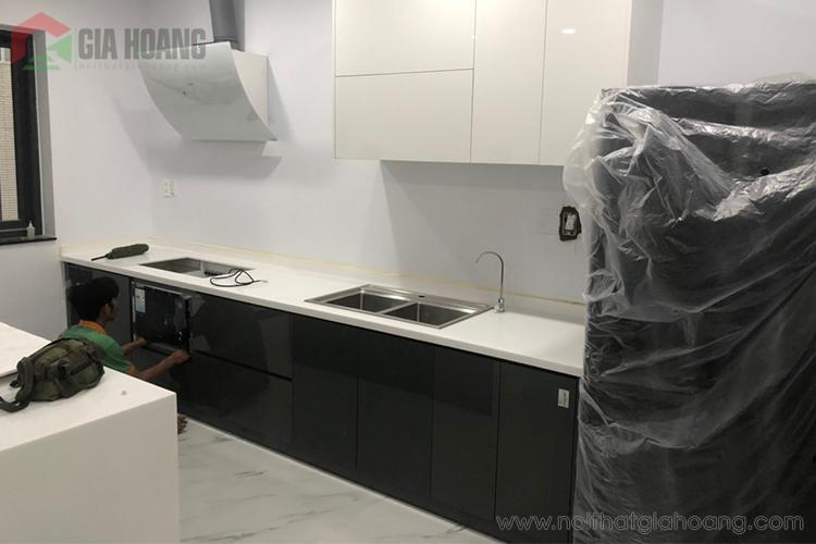 Mẫu tủ bếp gỗ Acrylic trắng đen sang trọng