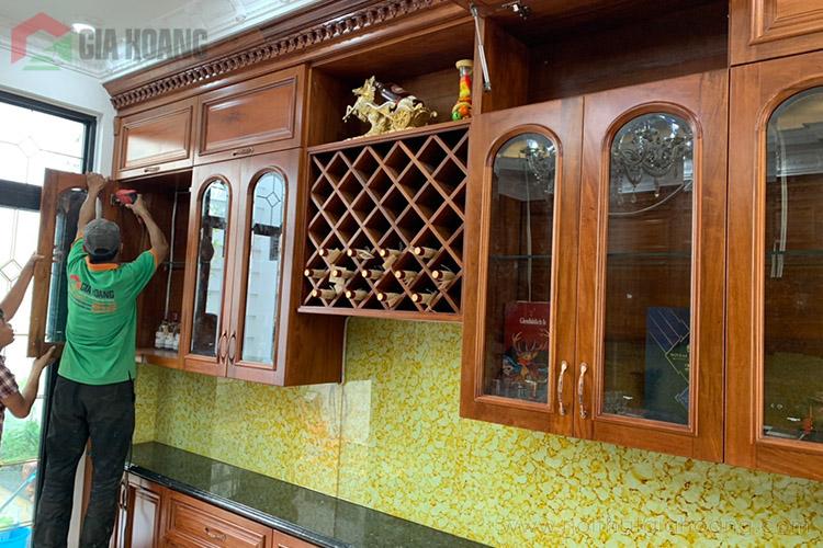 Tủ bếp chữ I có ngăn đựng rượu và cửa kính gia công tinh xảo