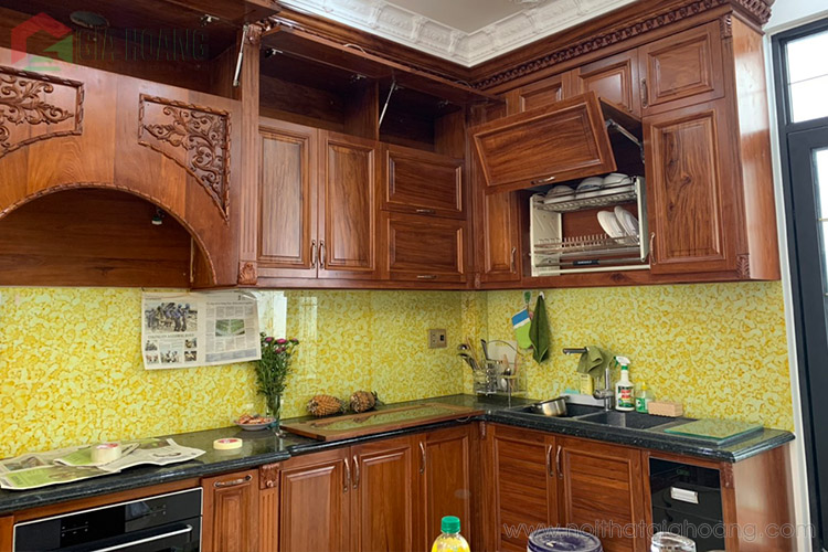 Thiết kế tủ bếp gỗ lắp full phụ kiện tiện dụng