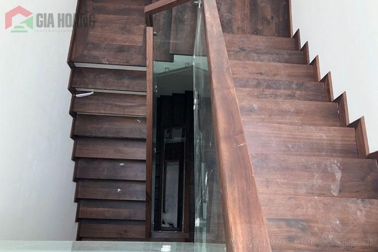 Cầu thang kính gỗ Óc Chó tự nhiên