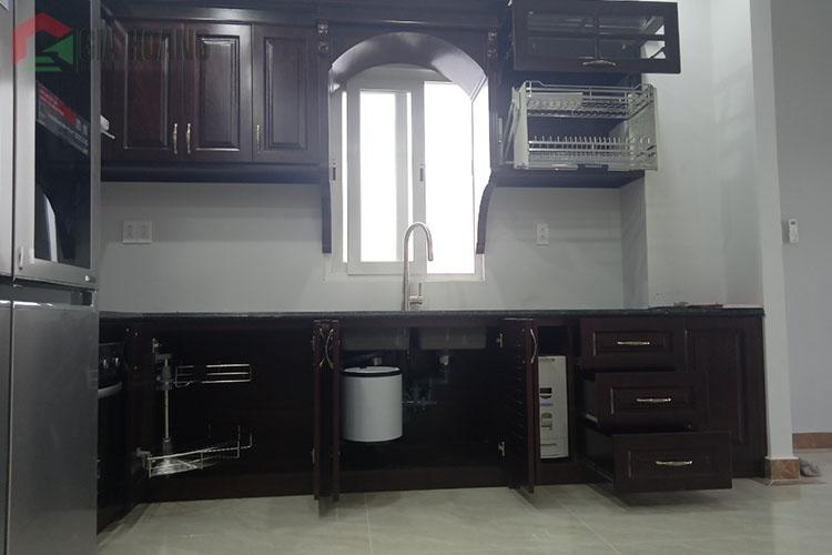 Công trình tủ bếp Gõ Đỏ sơn màu phong thủy tại quận 3