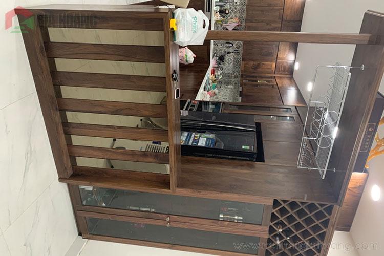 Thiết kế tủ bếp kèm quầy bar kệ rượu sang trọng